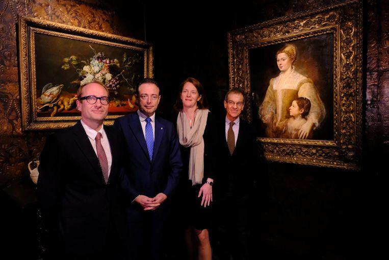 V.l.n.r.: Minister Ben Weyts, burgemeester Bart De Wever, cultuurschepen Caroline Bastiaens en directeur van het Rubenshuis Ben Van Beneden bij de nieuwe aanwinst.