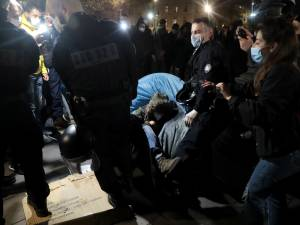 Des migrants littéralement jetés de leurs tentes à Paris, la police des polices saisie