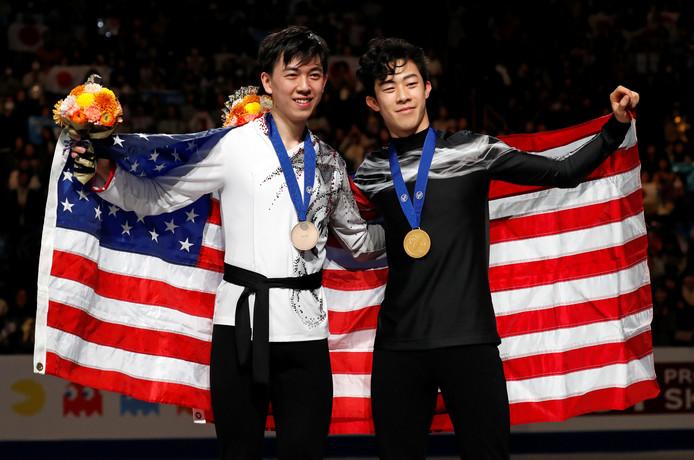 Vincent Zhou en Nathan Chen met de Amerikaanse vlag.