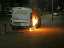 Busje vat vlam in Enschede, politie doet onderzoek