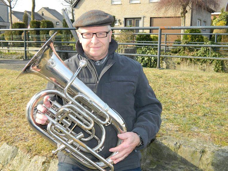 Muzikant Robert Raeman met zijn tuba.
