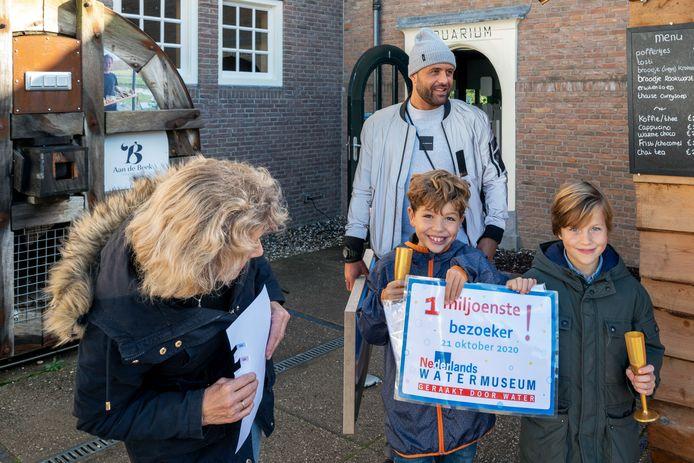 De Arnhemse familie Ghanem (Seppe en Faas en hun oma Anja en oom Mehdi) werd woensdag in het Nederlands Watermuseum in Arnhem verwelkomd als de een miljoenste bezoeker.