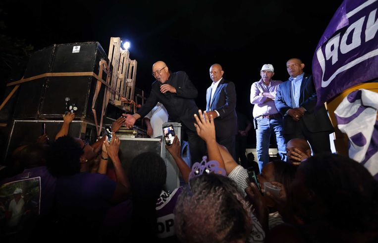 De Surinaamse president Desi Bouterse komt aan in Suriname, onder luid gejuich van zijn aanhangers.  Beeld ANP
