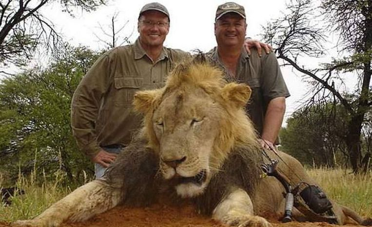 Walter Palmer (links) met een leeuw (niet Cecil).