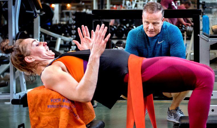 Judoka Marhinde Verkerk traint bij Hans Kroon in de sportschool. Beeld Klaas Jan van der Weij