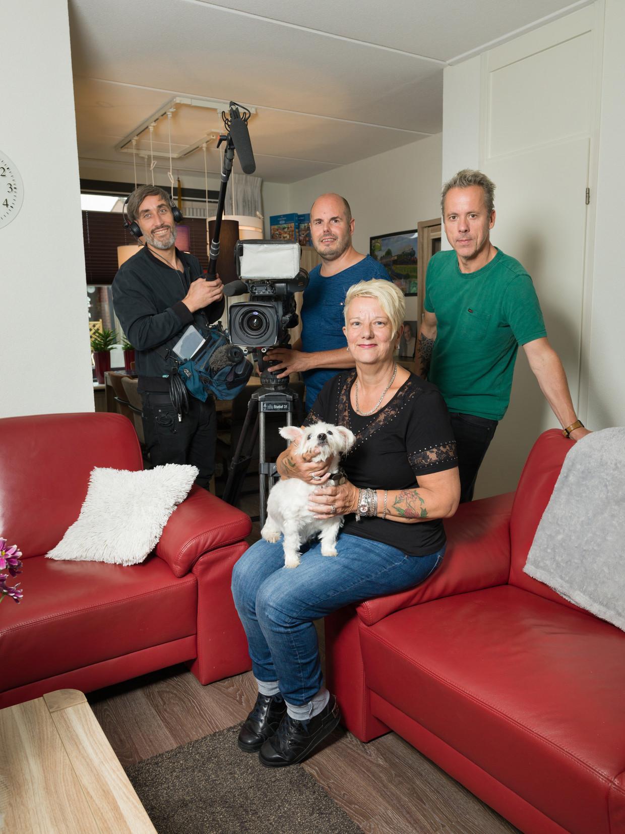 Het 'Man bijt hond'-team met dierentolk Rita van Wijk. Beeld Ivo van der Bent