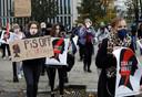 Pro-abortus demonstranten voor het parlement in Warschau.