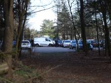 Busje botst tegen geparkeerde auto's bij Oranjekazerne in Arnhem