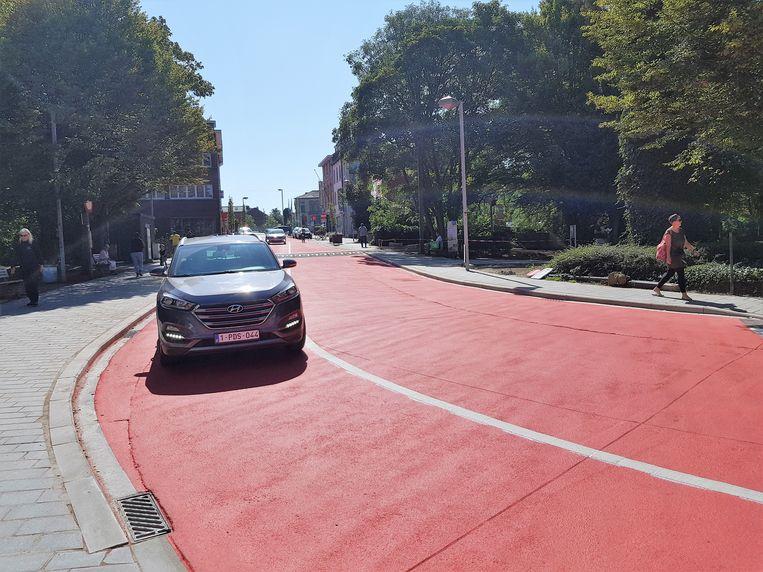 De witte doorlopende lijn op de nieuwe fietsstraat in de Basiliekstraat moet aangepast worden. Anders kunnen de klanten van Delhaize niet zonder overtreding op de parking geraken.