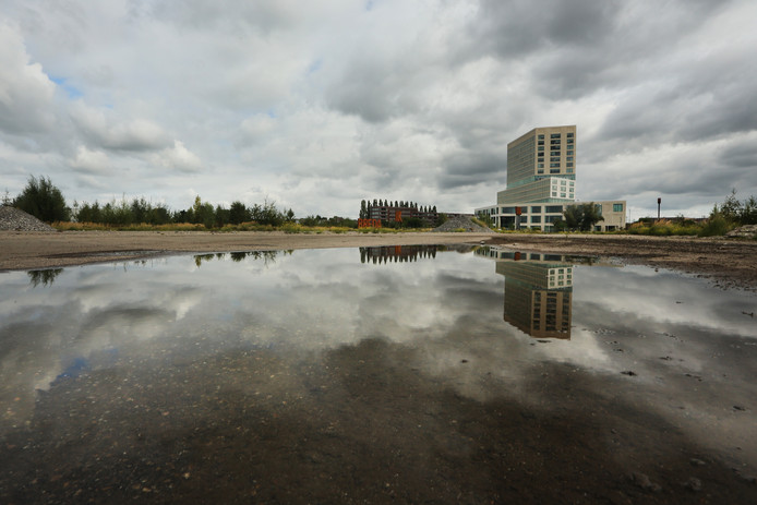 Het terrein van de voormalige suikerfabriek ligt al bijna tien jaar braak. Op de achtergrond het nieuwe gebouw van de Rechtbank.