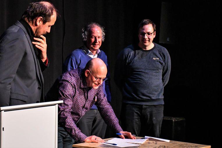 De gemeente Heuvelland tekent de vernieuwde samenwerking met Dranoeter vzw en vzw Muziekcentrum Dranouter.