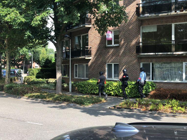 De politie valt binnen in het huis van de verdachte.