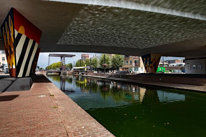 De Zuid-Willemsvaart, alias 'de knaal', stroomt dwars door de stad. Foto René Manders/fotomeulenhof