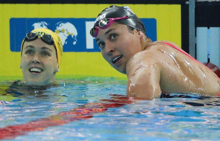 Ranomi Kromowidjojo en naast haar zilveren medaillewinnaar Holly Barratt. Beeld AP