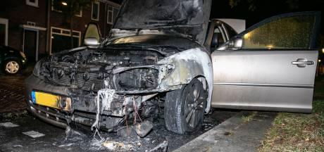 Wéér een auto uitgebrand in Arnhem, politie gaat uit van opzet
