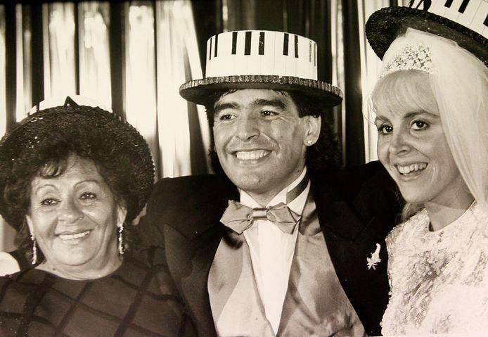 Diego Maradona met echtgenote Claudia en zijn moeder tijdens de huwelijksplechtigheid.