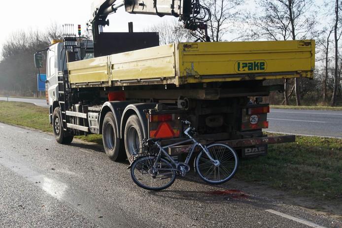 De jongen reed tegen deze vrachtwagen aan. Foto: Henry Wallinga