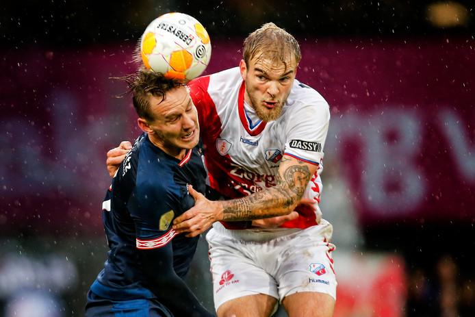Luuk de Jong  in duel met Timo Letschert.