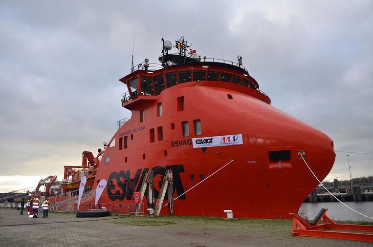 Het knalrode schip ligt nu nog in de Oostendse haven.