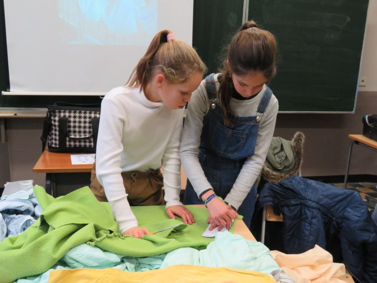 Uit oude stoffen knipten de leerlingen eerst patronen.