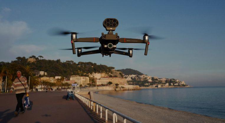 De drone vliegt onder meer boven de Promenade des Anglais.