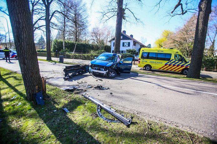 Een man reed met zijn gloednieuwe wagen tegen een boom op de Aarle-Rixtelseweg in Helmond.