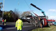 Vrachtwagen met nieuwe auto's gekanteld op A12