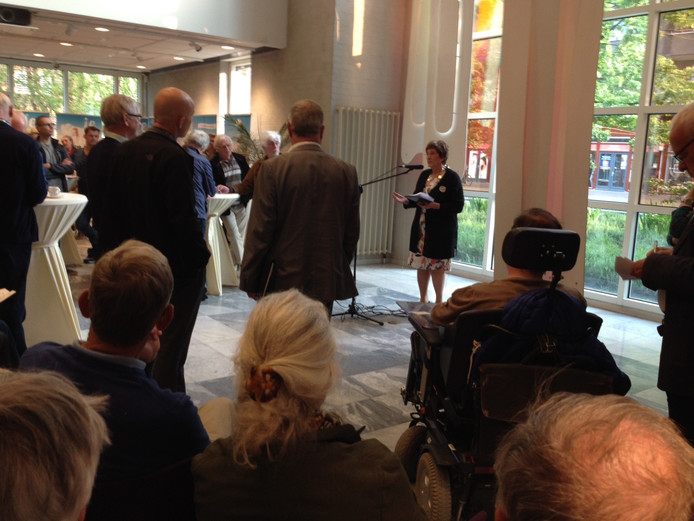 Burgemeester Machteld Rijsdorp spreekt op 17 mei Goirlenaren toe tijdens een informatiebijeenkomst over de opvang van vluchtelingen.