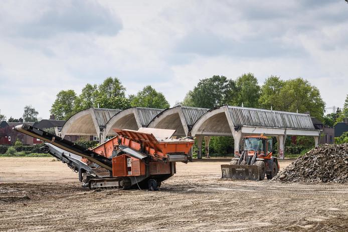 HENGELO - Het terrein van de Koninklijke Weefgoederen Fabriek (KWF), beter bekend onder de naam Seahorse Hengelo wordt bouwrijp gemaakt voor nieuwbouw Woolderlanen.  EDITIE: VRIJE FOTO FOTO: Lars Smook LS20180501