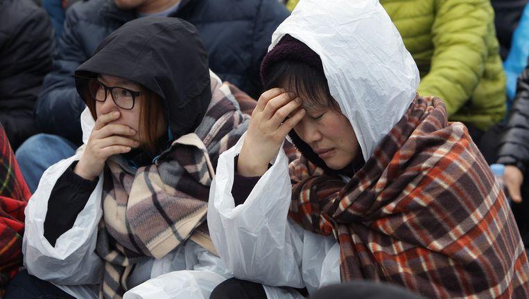 Familieleden van vermiste passagiers, in afwachting. Beeld getty