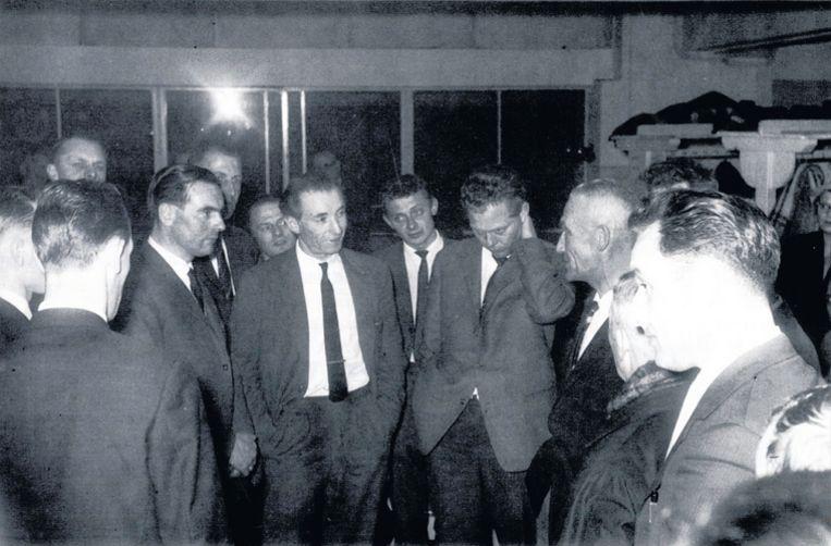 Stanley Matthews temidden van zijn tijdelijke medespelers bij DWV, links van hem Roef Bakker. Foto DWV Beeld