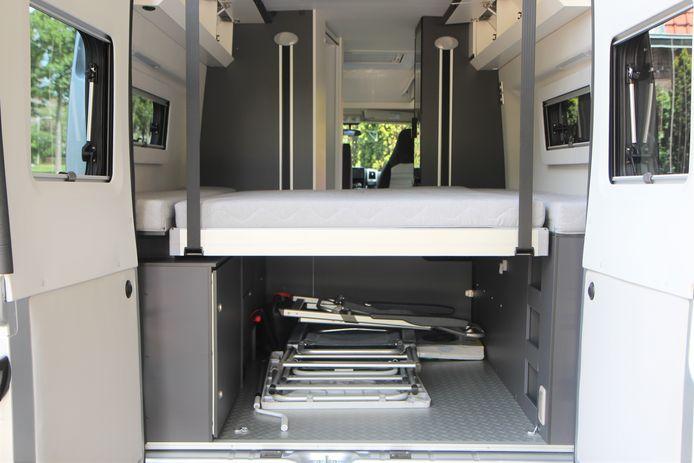 Met het bed in de slaapstand (laag dus) blijft er ook nog genoeg laadruimte over, bijvoorbeeld voor de stoelen en een tafel van het buitenmeubilair.