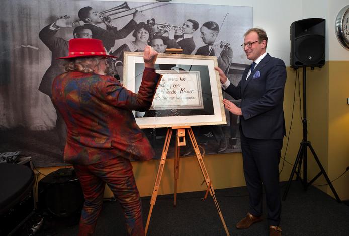 Bennie Jolink opent zijn expositie in het stadsmuseum