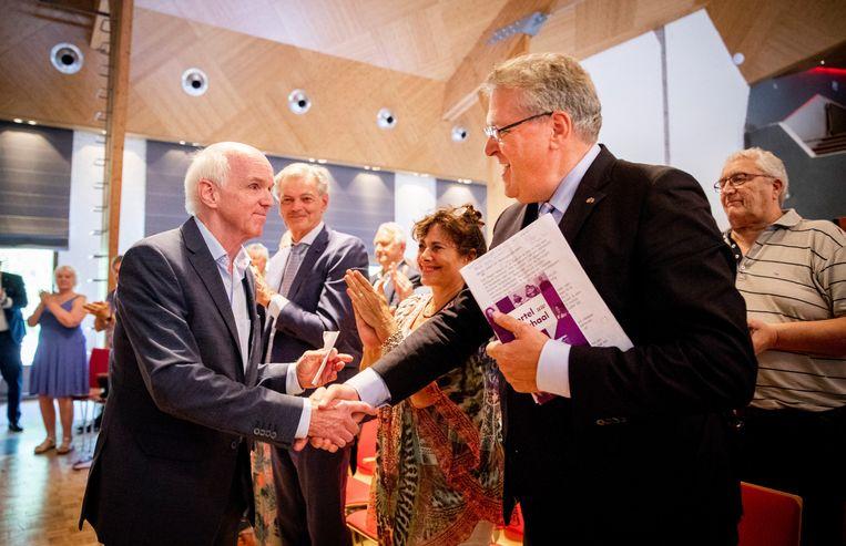 Henk Krol (rechts) feliciteert Geert Dales met zijn partijvoorzitterschap tijdens de Algemene Vergadering van 50Plus in 2018. Daarachter Kamerleden Martin van Rooijen en Léonie Sazias, die inmiddels beiden het vertrouwen in Dales hebben opgezegd   Beeld ANP