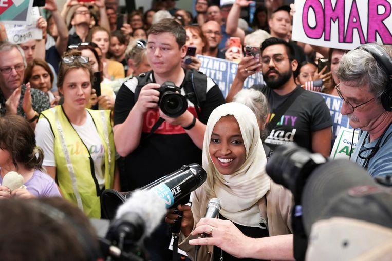 Ilhan Omar wordt op de luchthaven van Minneapolis begroet door aanhangers, uren nadat aanhangers van Trump op een bijeenkomst riepen 'Stuur haar terug'. Beeld AP