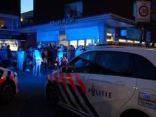 Naakte man zwaait met mes, bedreigt voorbijgangers en slaat politieagent in Albert Heijn: 'Ik steek je neer'