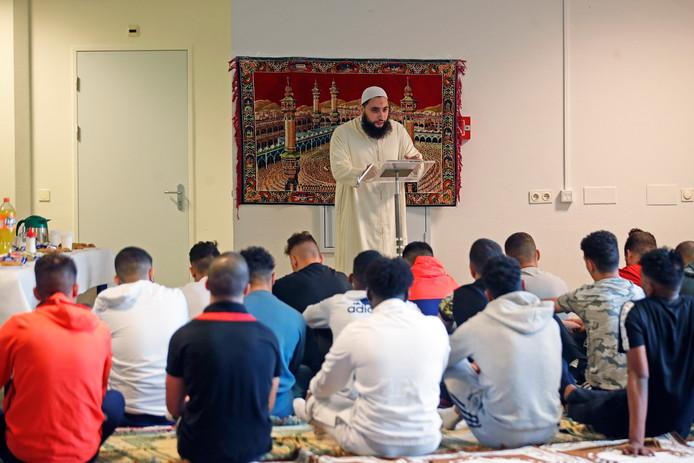 Prediker Mohammed spreekt tot de dertig jongeren tijdens het Offerfeest in De Hartelborgt in Spijkenisse.