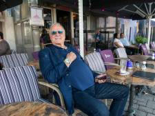 Vrijwel 'anonieme' John Cleese laat zijn silly walks achterwege tijdens wandelingetje door Den Bosch