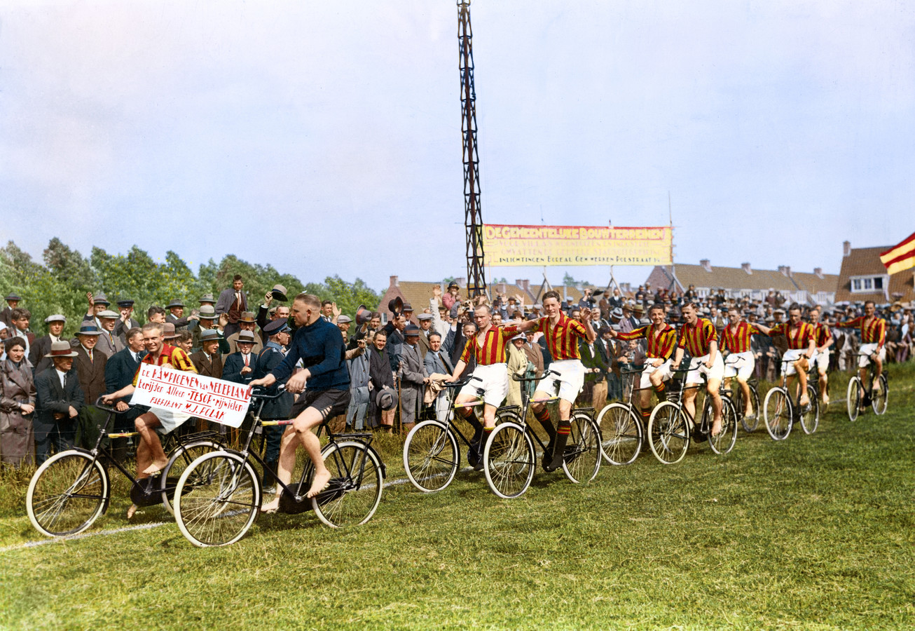 Go Ahead-speler en fietshandelaar Moos Polak gaf al zijn medespelers een nieuwe fiets na de landstitel van Go Ahead in 1933.