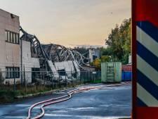 Dak aan achterkant pand Tuf Recycling Dongen ingestort na brand, vuur nog niet geblust