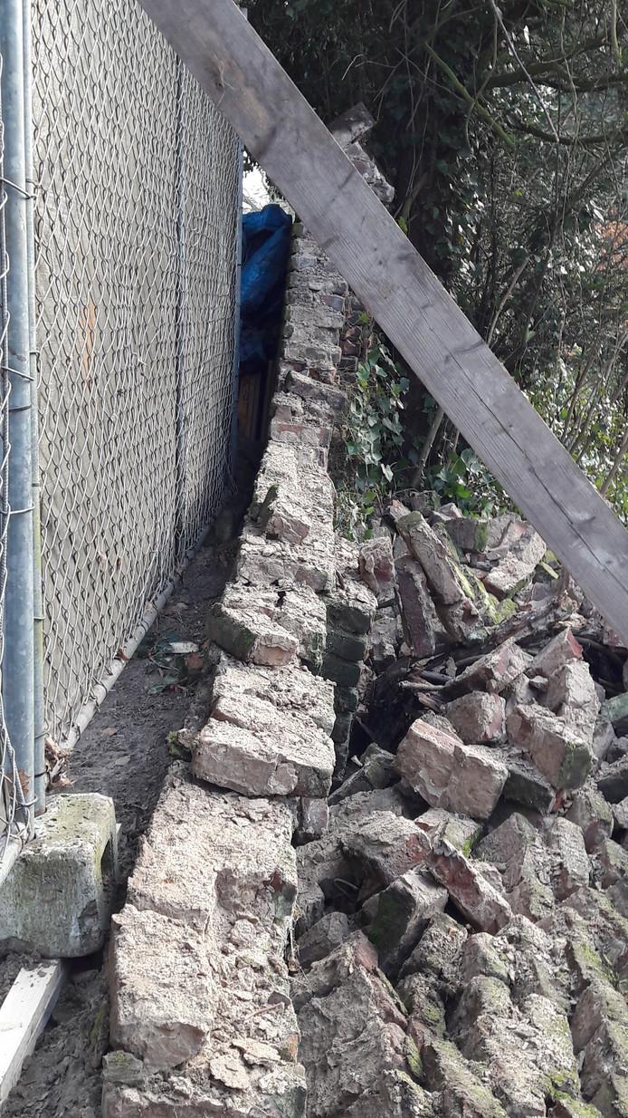 Bij het overgebleven deel is goed te zien dat de muur overhelde.