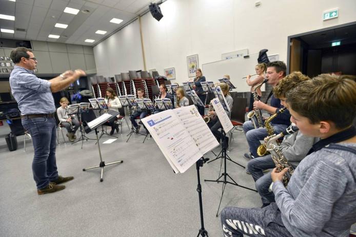 Het jeugdorkest tijdens een repetitie. foto Flip Franssen