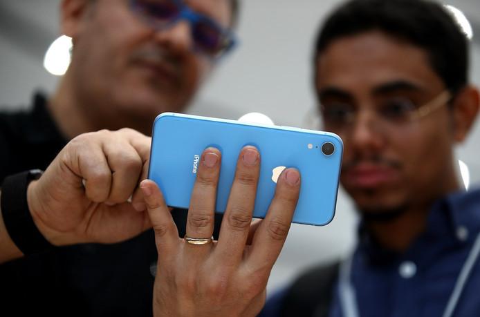 De nieuwe iPhone Xr wordt na afloop van Apple's presentatie door techjournalisten geïnspecteerd.