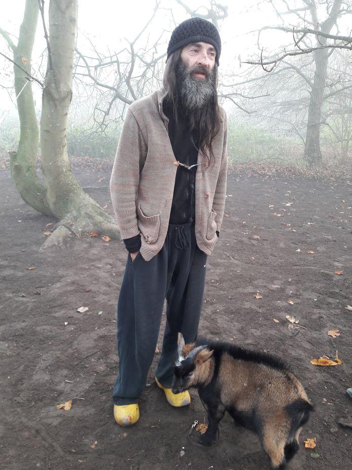 Dakloze Rigo met zijn bokje Mikey