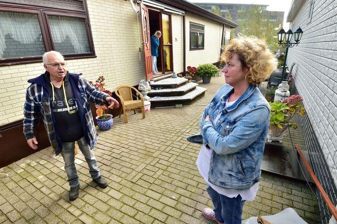Nissy Gerlag en haar vader Karel bij hun woonwagens aan de 1e Moordrechtse Tiendweg. 'De situatie is hier dramatisch.'