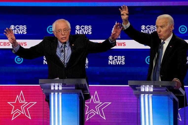 De twee Democratische presidentskandidaten Bernie Sanders (links) en Joe Biden in een eerder debat waaraan ook de inmiddels afgehaakte overige kandidaten aan meededen. Beeld REUTERS