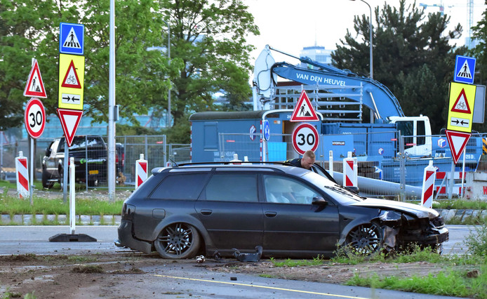 De vluchtauto die werd gebruikt na de plofkraak in Wesel, crashte in Kanaleneiland.