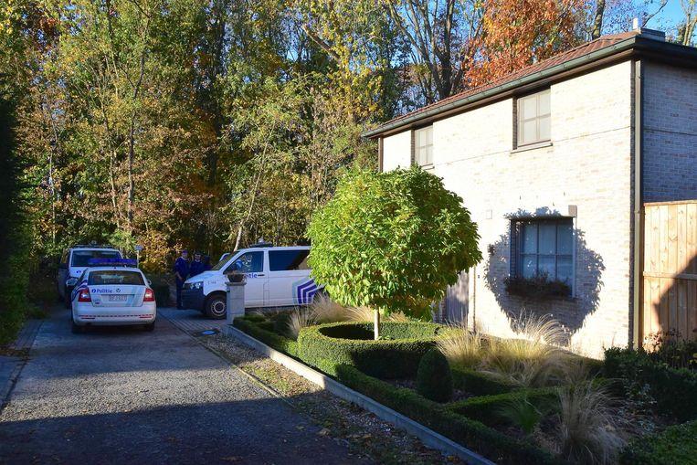 De politie bij het huis van John V. (29), die er woont met zijn vrouw en kind (2).