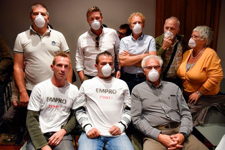 Geen mondmaskers tegen het coronavirus hier, wel als protest tegen de geurhinder van het bedrijf Empro. Omwonenden voerden al meermaals actie.