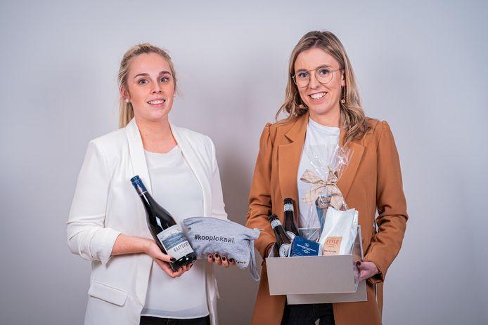 Lise en Ine stellen met plezier hun verwenboxen voor. Daarvoor trommelden ze elf ondernemers op.